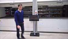 Ein junger Wirtschaftsingenieur vor unseren Liftsystemen zu Lagerung kleiner Teile