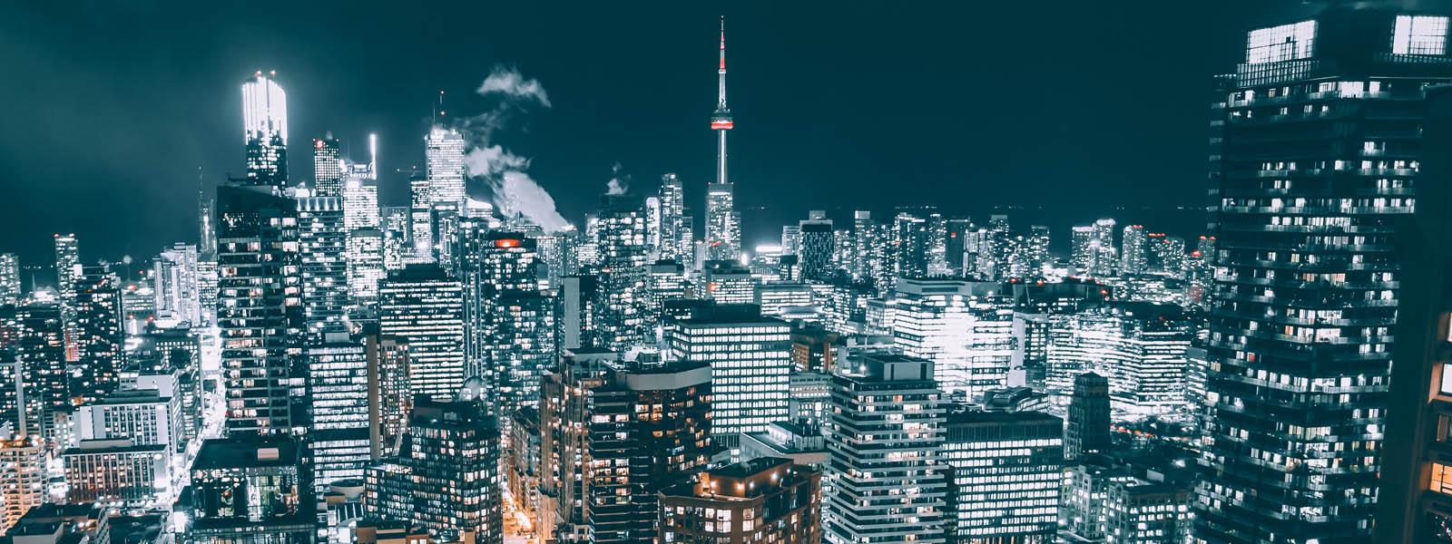 Luftaufnahme von der Metropole Toronto bei Nacht