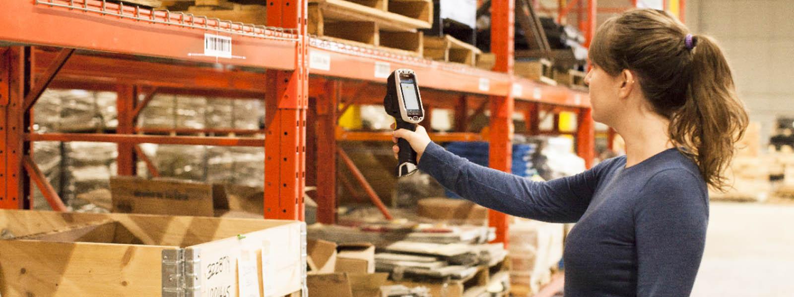 Eine Frau arbeitet mit dem Handscanner TC8000 des Herstellers Zebra