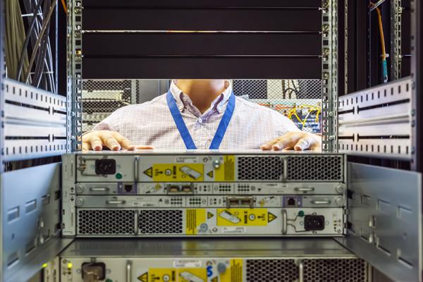 IT-Techniker installiert Geräte im Rack im Rechenzentrum