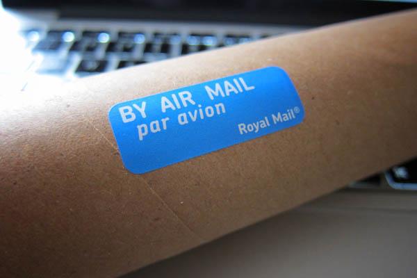 Ein Versandkarton versandbereit mit einem Aufkleber von Royal Mail