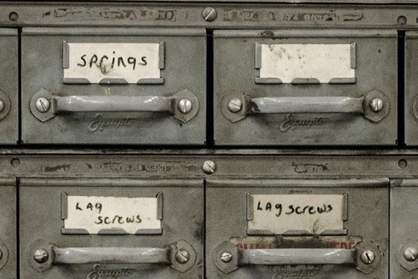 Ein altmodischer Aktenschrank mit Namensaufkleber