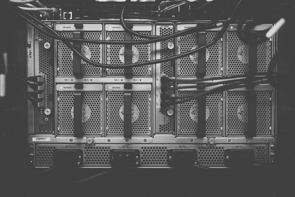 Schwarz-Weiß-Bild eines angeschlossenen Großrechners