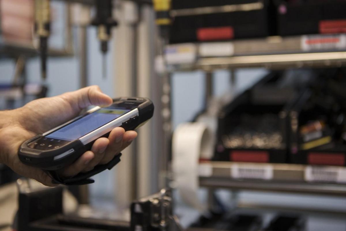 Ein Lagerist hält ein Handscanner in der Hand bei der Arbeit