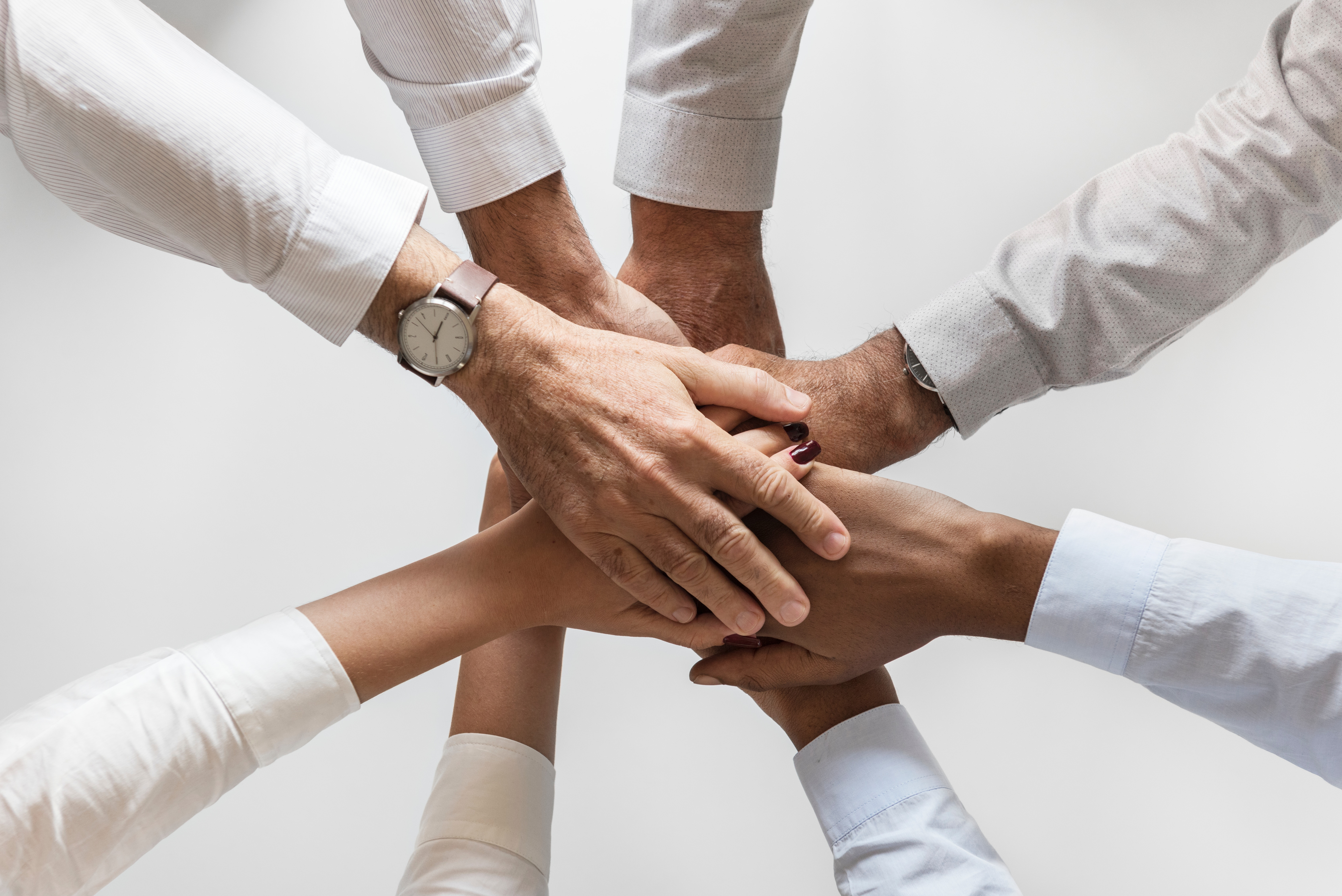 Eine Gruppe von Menschen halten Hände zusammen