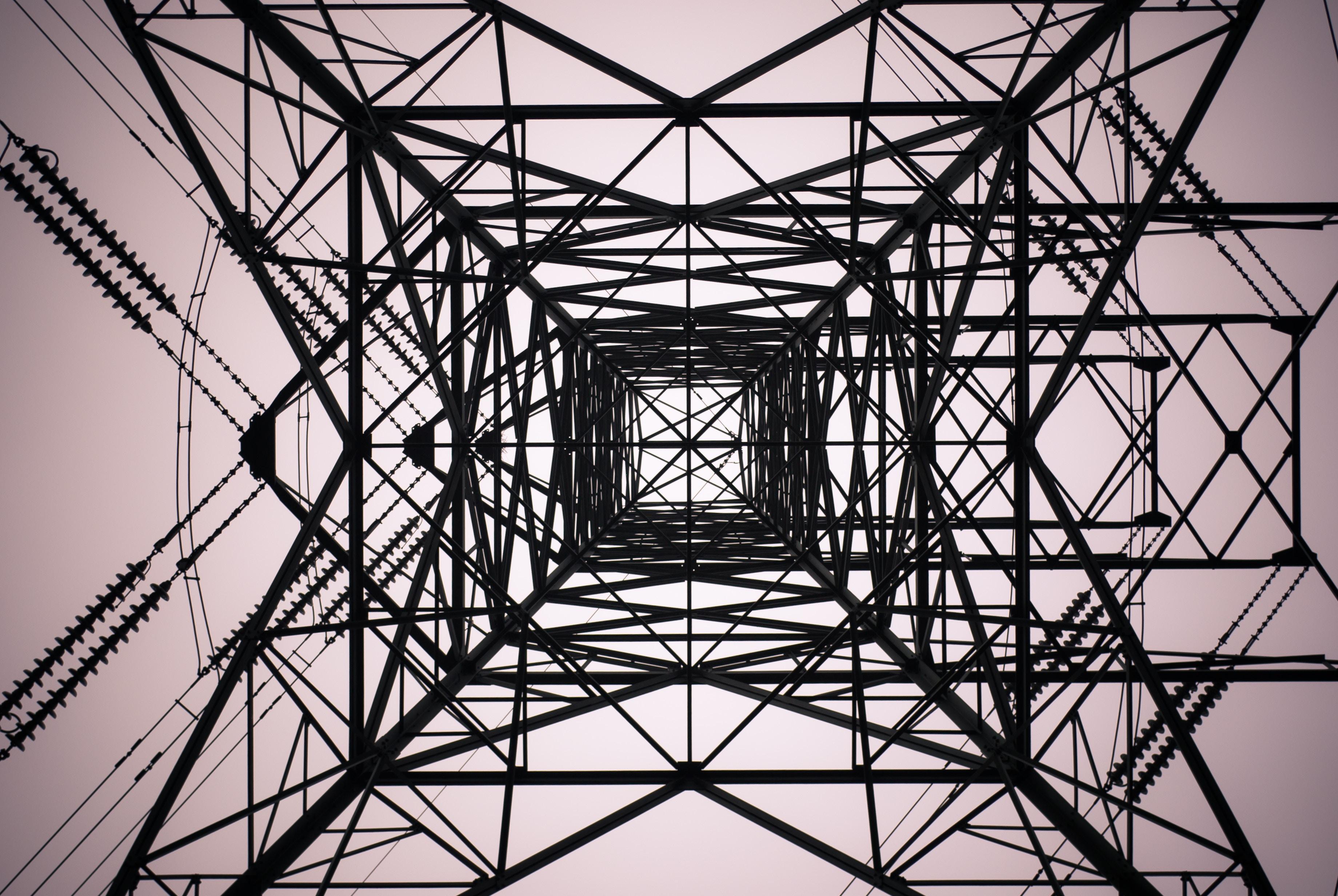 Eine Aufnahme von unten eines Freileitungsmastes beziehungsweise Strommastes
